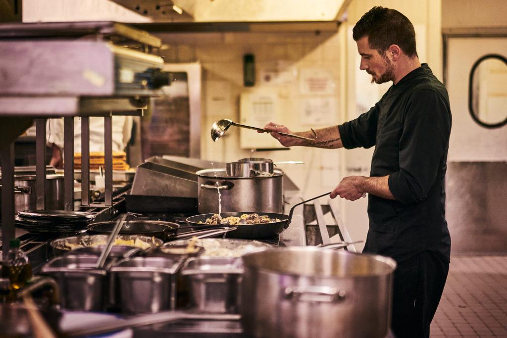 Pvk Photo | Développez votre marque | Chef d'un restaurant italien en pleine cuisine devant ses fourneaux