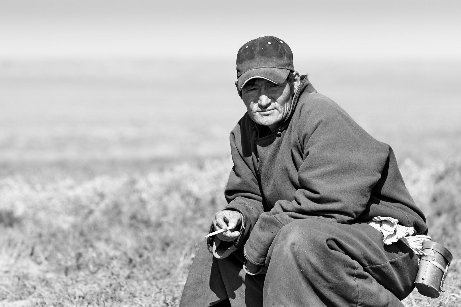 Pvk Photo | Portraits de voyage | Nomade Mongole en train de fumer