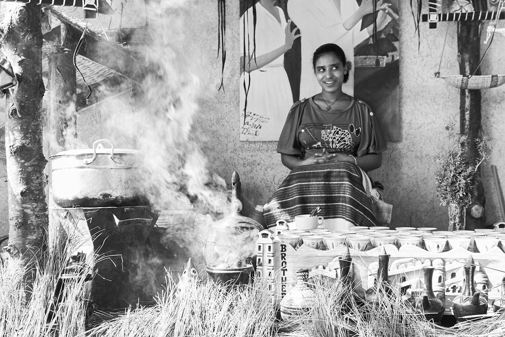 Pvk Photo | Portraits de voyage | Portrait d'une femme ethiopienne en train de pratiquer la cérémonie du café en Ethiopie, à Ziway