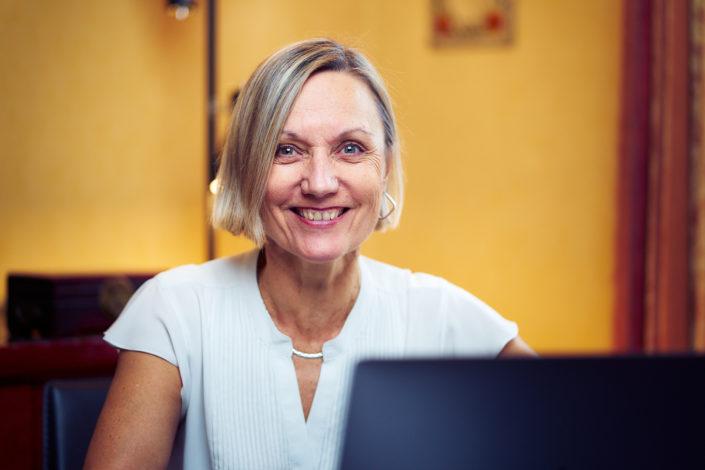 portrait femme souriant au bureau avec un ordinateur