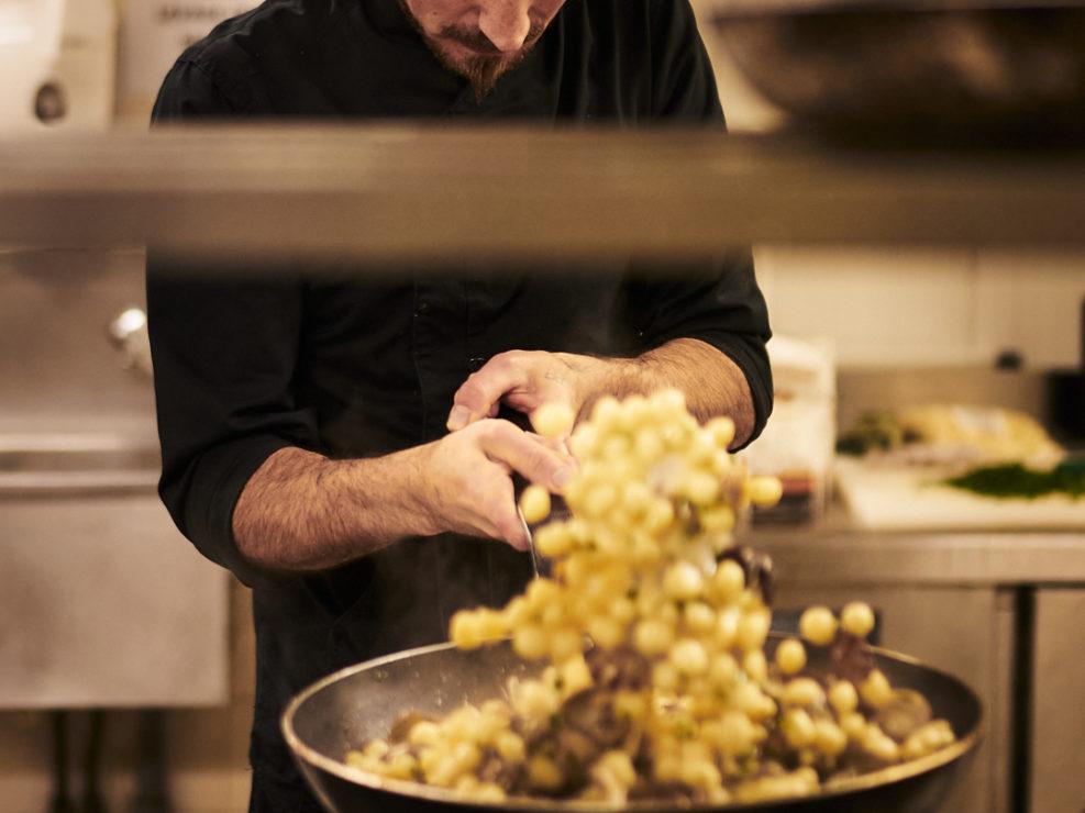 chef italien en train de cuisiner