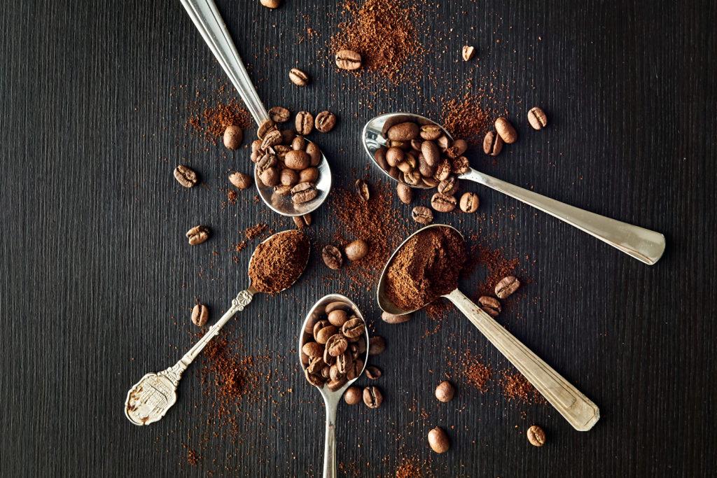 Pvk Photo | Cuillères avec grains de café et café moulu