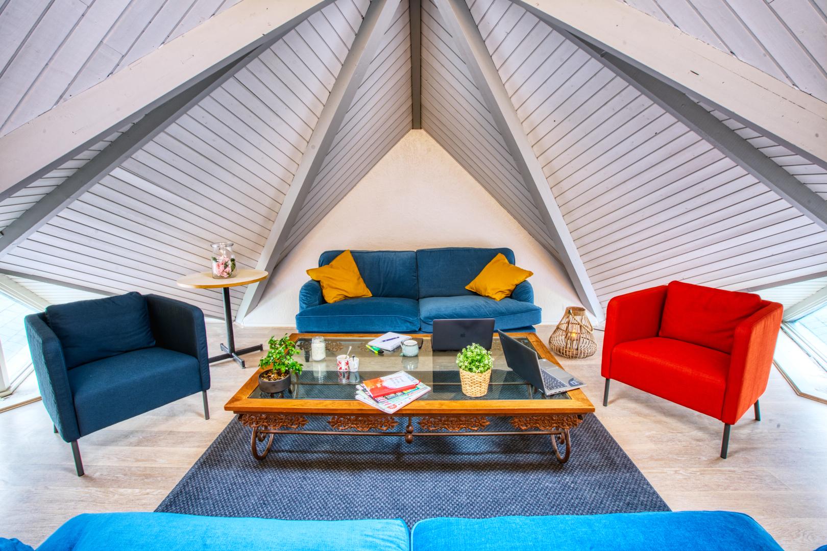 Pvk Photo | Personal Branding | espace détente et coloré avec canapé et fauteuil