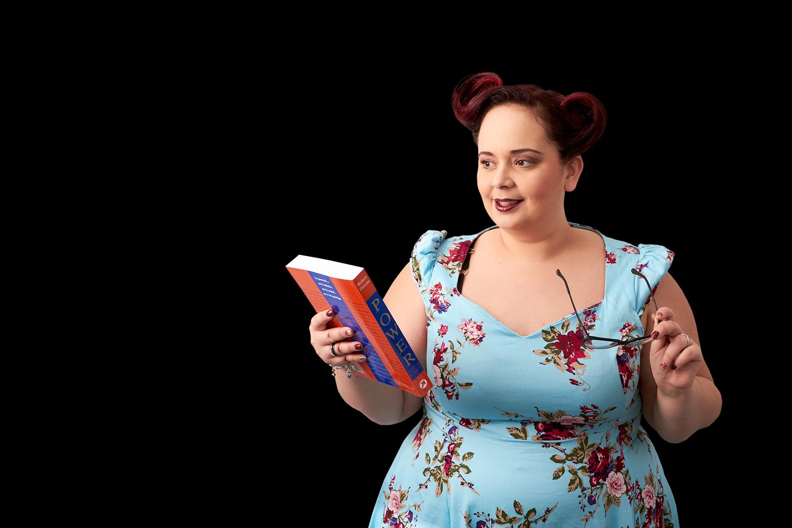 Pvk Photo | Portraits | photo corporate d'une femme sur fond noir avec un livre et des lunettes à la main