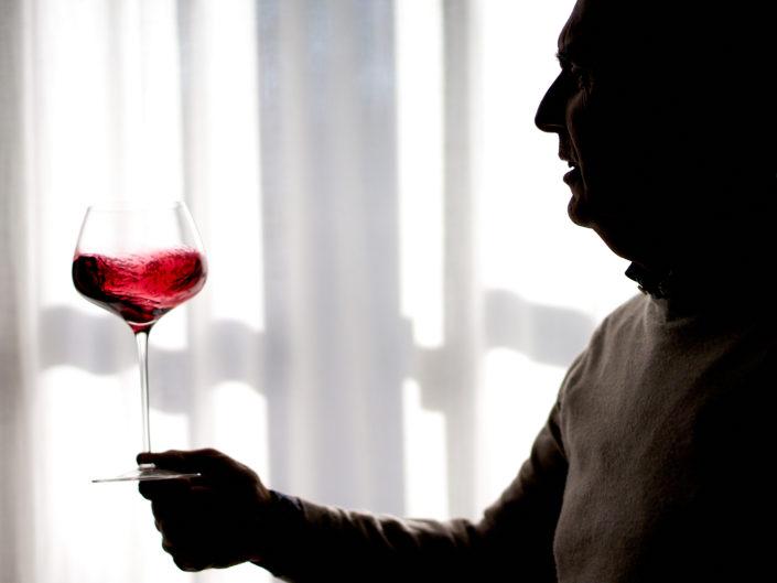 silhouette homme goutant du vin rouge degustation