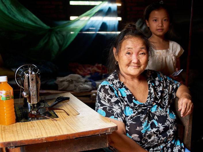 PVK Photo   Portraits de voyage   Portrait d'une grand-mère et de sa petite fille au Laos