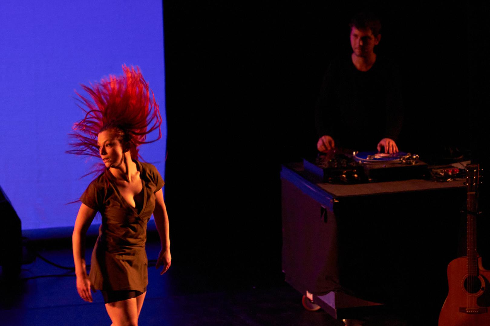 Pvk Photo | Photographe professionnel | Danseuse faisant voler ses cheveux rouge avec un DJ