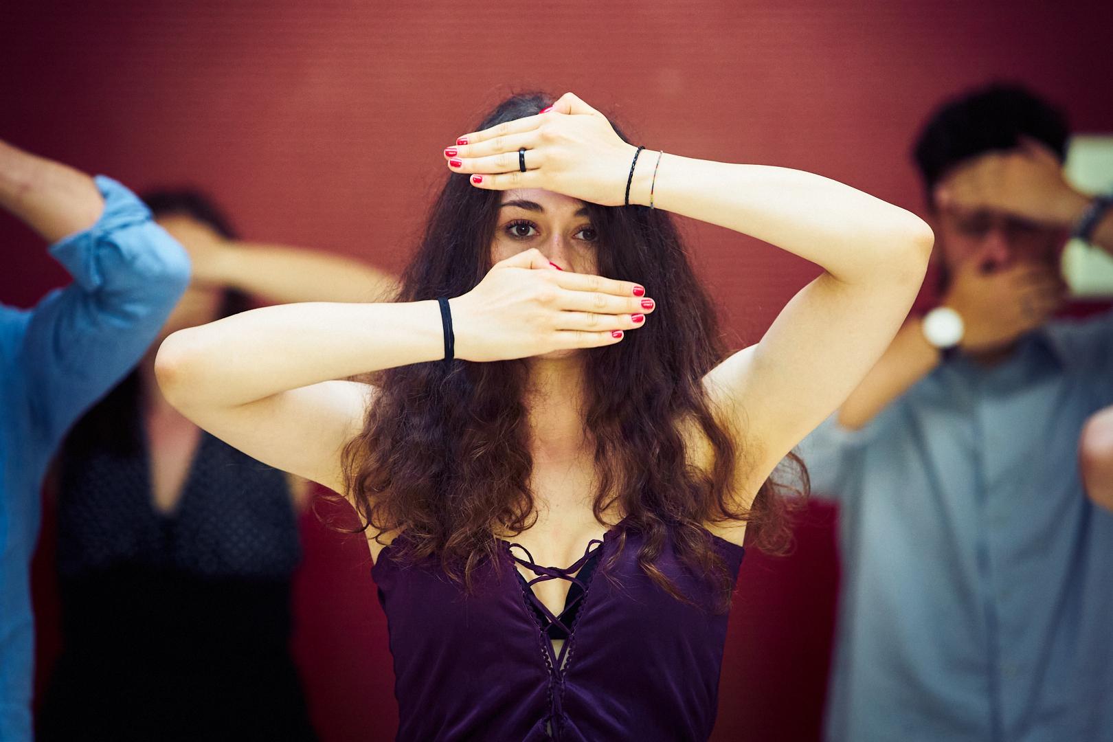 Pvk Photo | Photographe professionnel | danseuse avec ses mains devant le visage