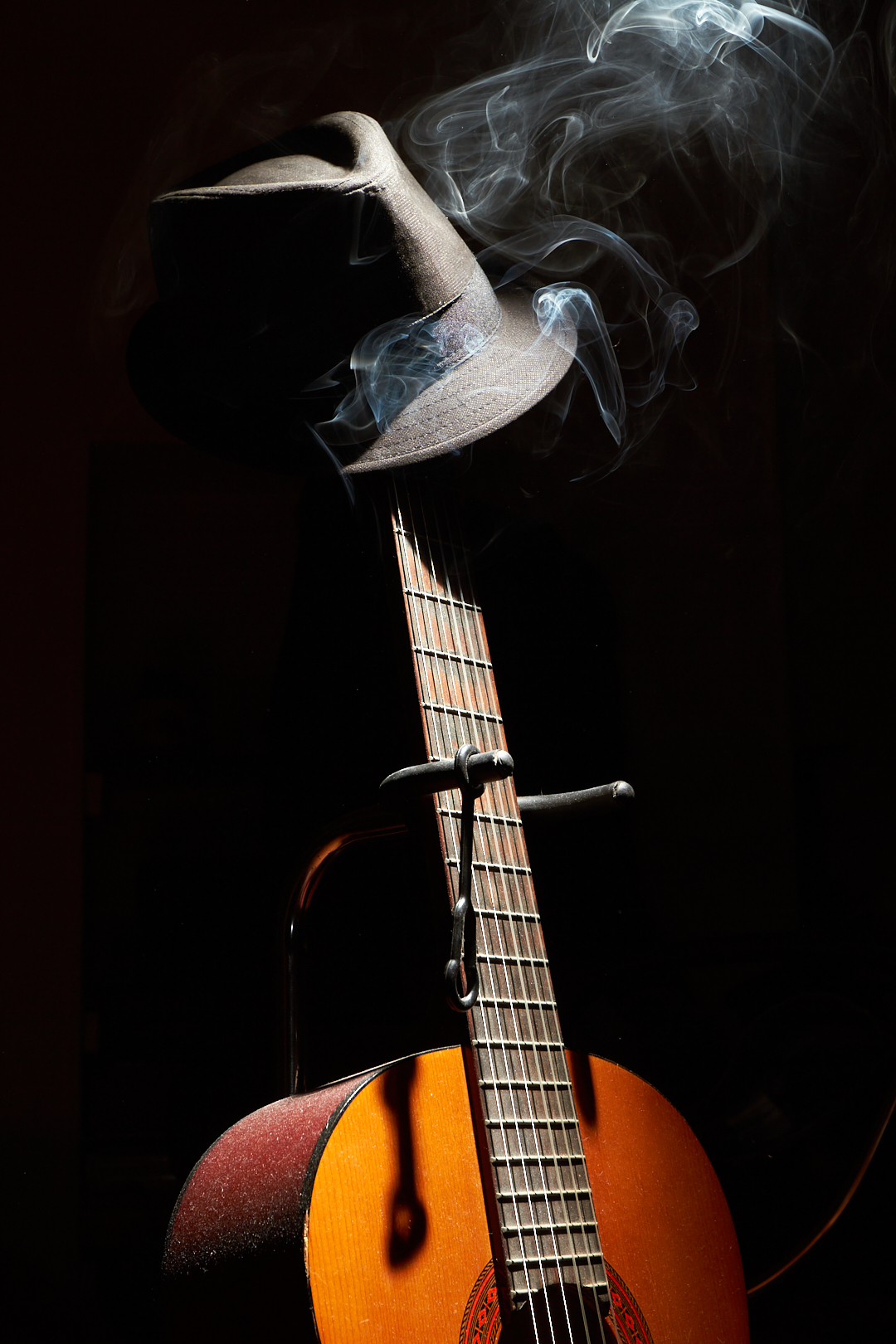 Pvk Photo | Photographe professionnel | Nature morte d'une guitare avec un chapeau et de la fumée