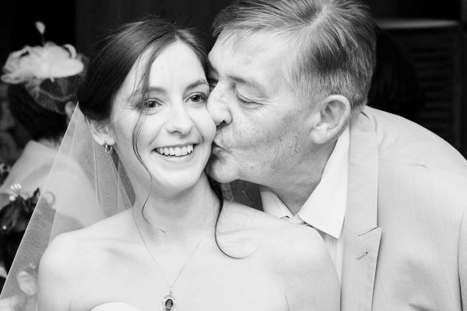 Pvk Photo | Photo de famille | Père embrassant sa fille lors de son mariage