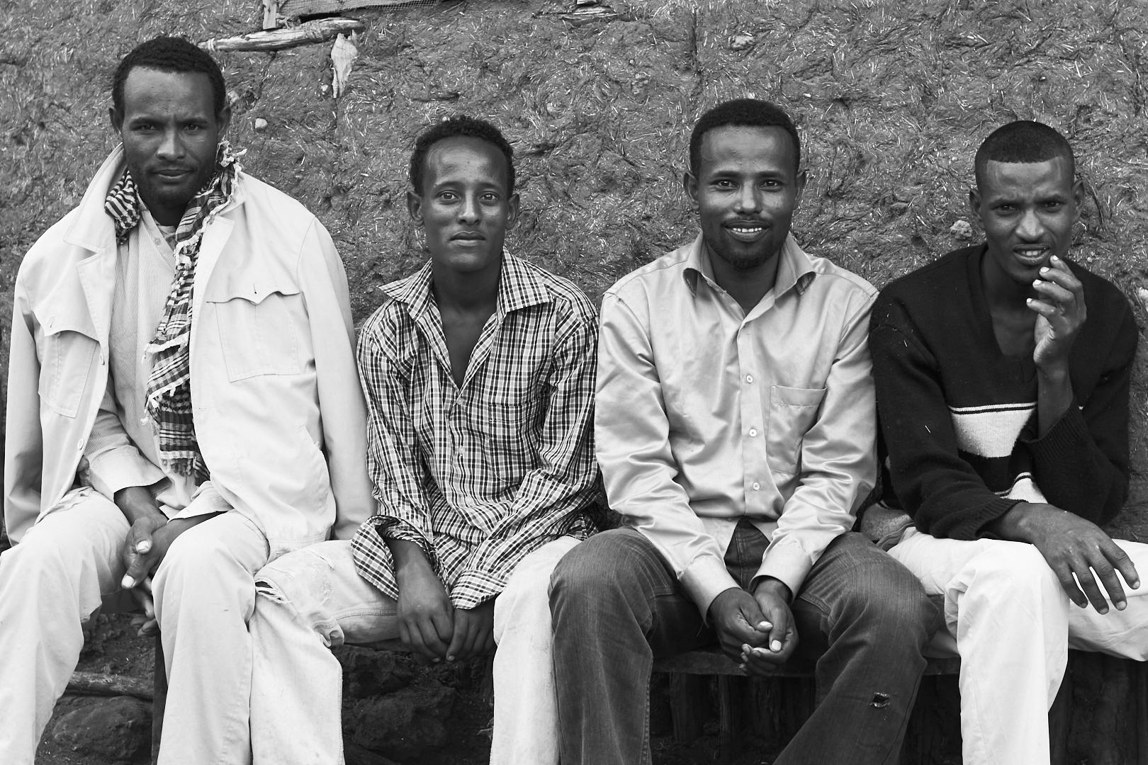 PVK Photo | Portraits de voyage | Portrait de quatre hommes ethiopien prêt de Sof Omar