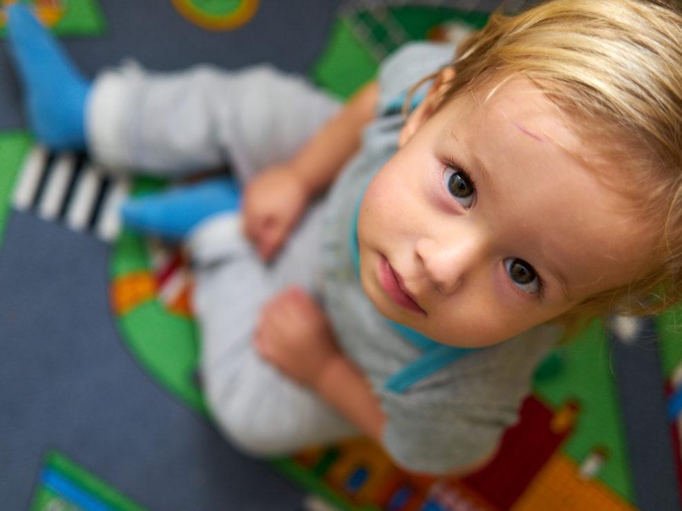 Pvk Photo | Portraits de famille | Portrait plongeant d'un petit garçon sur son tapis de jeu