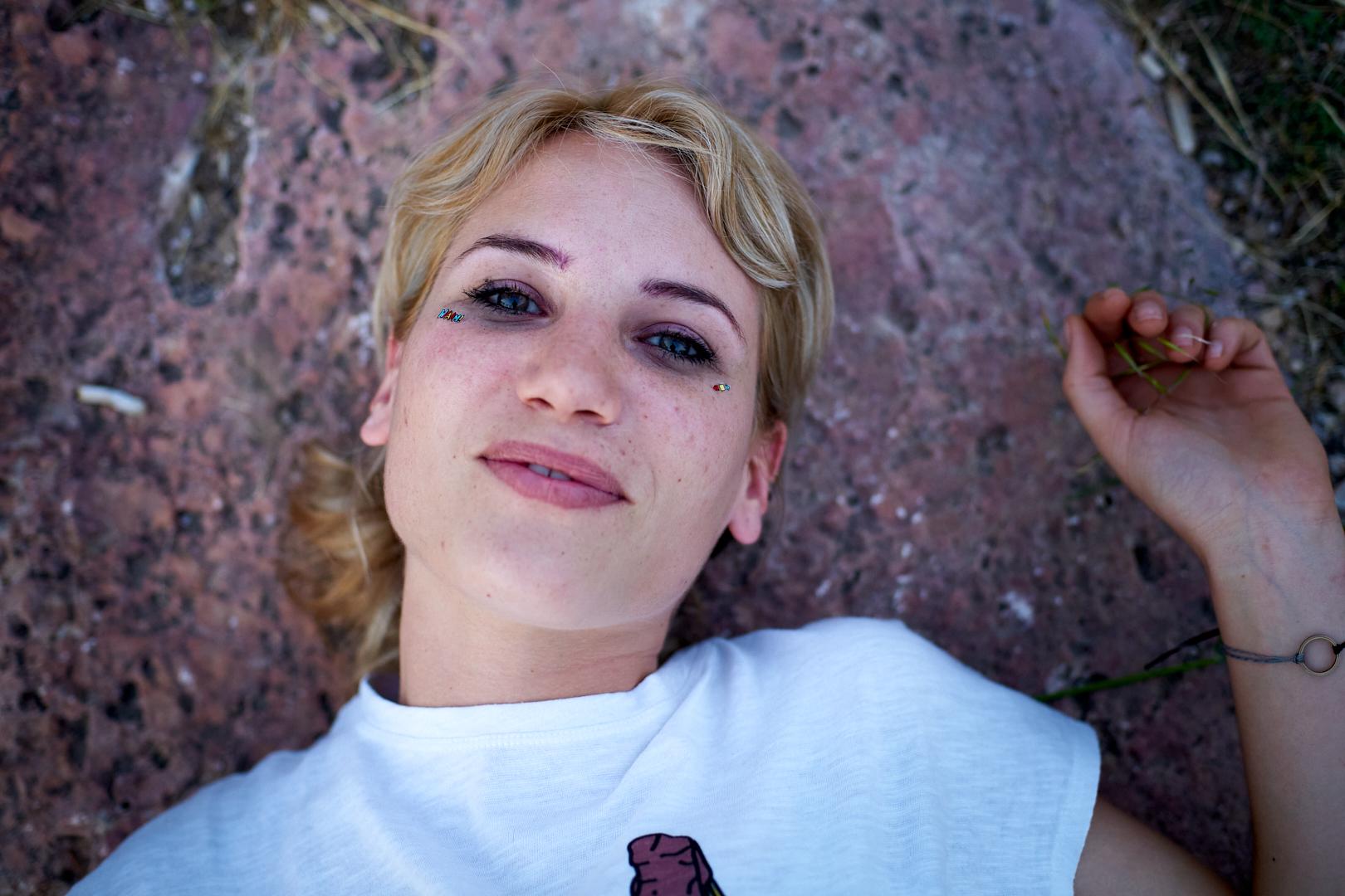 Pvk Photo | Portraits | Portrait d'une femme Grec allongée au sol
