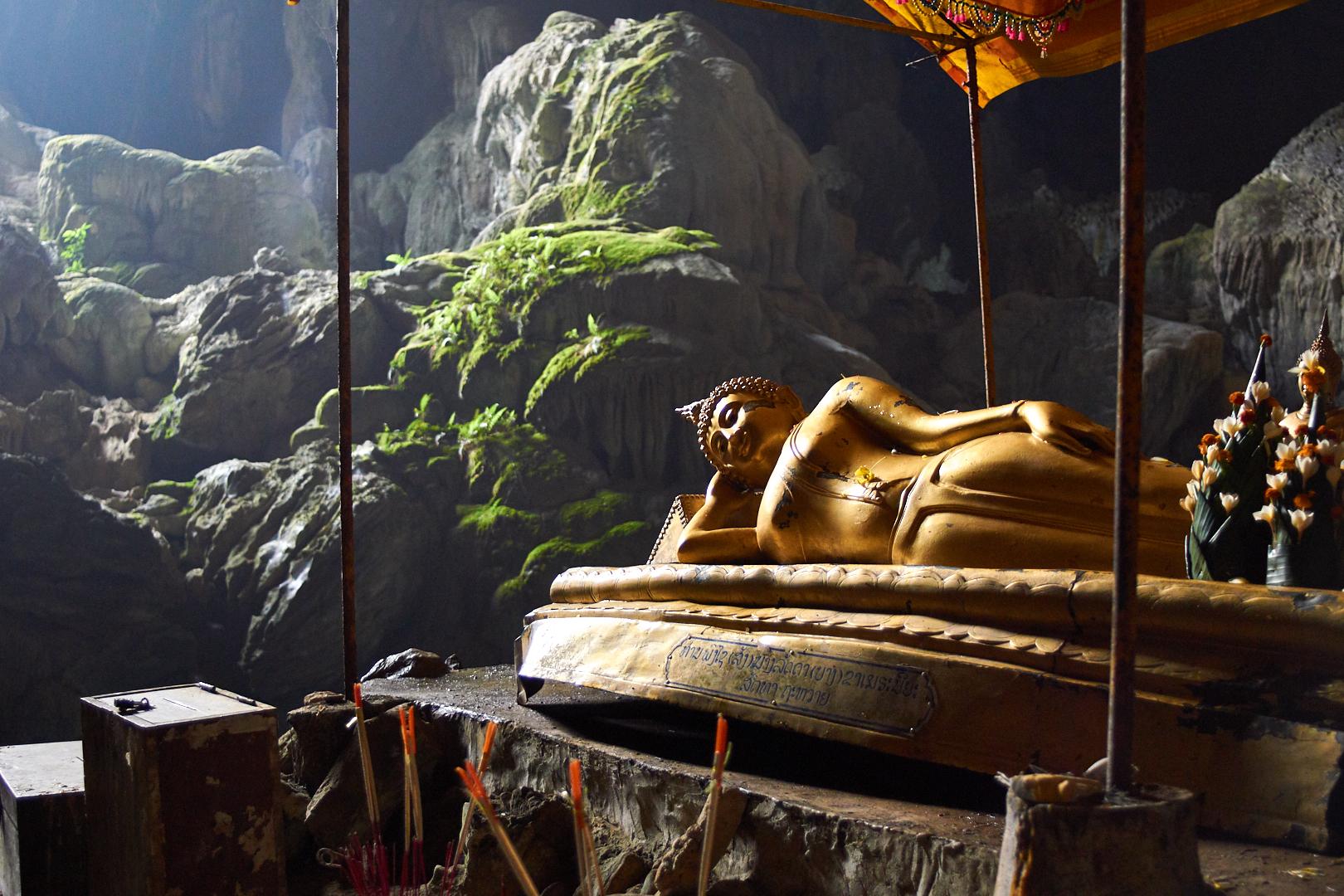 Pvk Photo | Photographe Professionnel | Statue dorée de Bouddha allongé dans la grotte de Tham Poukham à Vang Vieng au Laos
