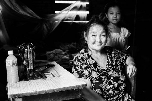 PVK Photo | Portraits de voyage | Portrait d'une grand-mère et de sa petite fille au Laos