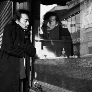 Pvk Photo | Portrait d'un homme avec son reflet dans la vitrine d'une sandwicherie