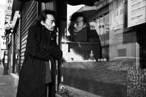 Pvk Photo   Portrait d'un homme avec son reflet dans la vitrine d'une sandwicherie