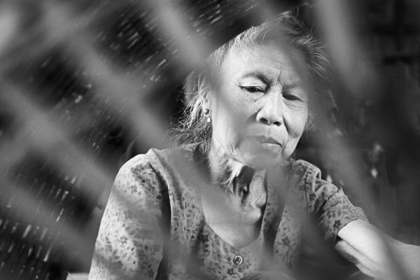 Pvk Photo | Portrait d'une femme laotienne à travers son panier de coton