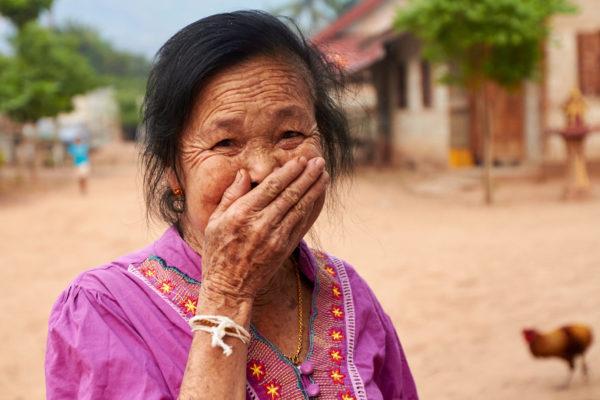 Pvk Photo | Portrait d'une villageoise laotienne masquant sa bouche édentée avec sa main