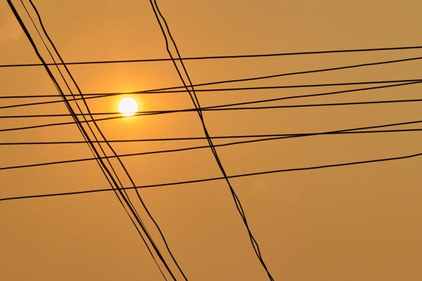 Pvk Photo | Golden hour, fils electriques en silhouette