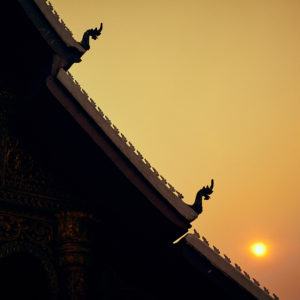 Silhouette d'une pagode à Luang Prabang